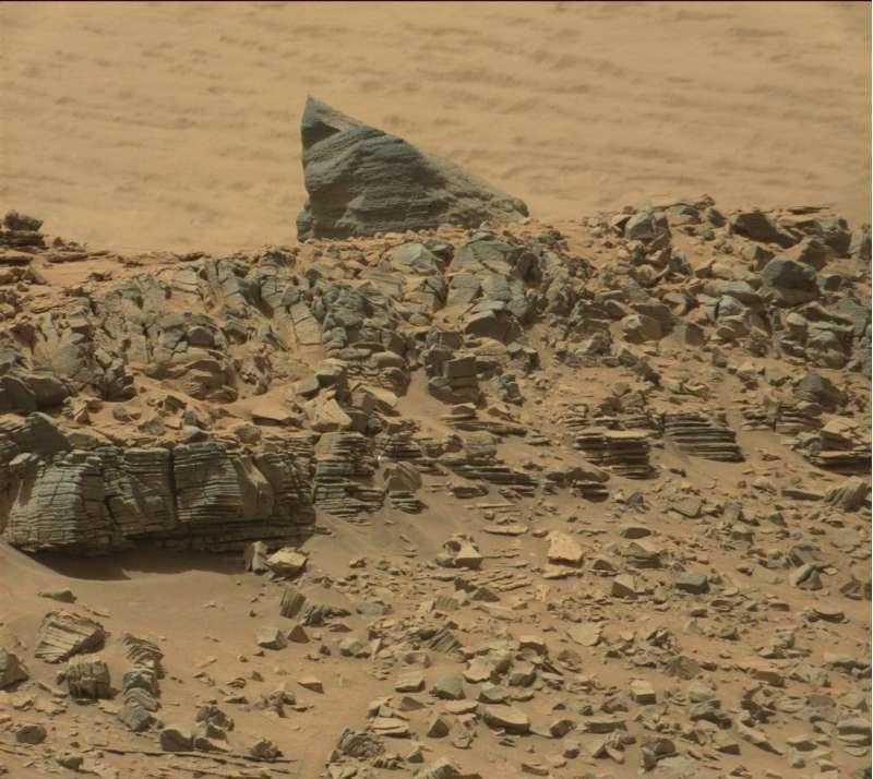 """Immagine di una curiosa roccia """"piramidale"""" e di numerose stratificazioni viste con la Panoramic camera"""