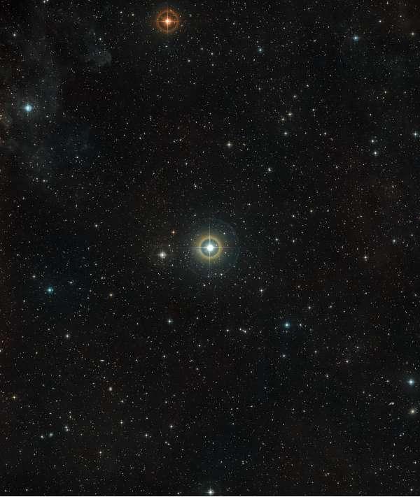 Questa immagine mostra il cielo intorno alla stella 51 Pegasi, nella costellazione settentrionale di Pegaso. Il primo esopianeta è stato scoperto, nel 1995, proprio in orbita intorno a questa stella.
