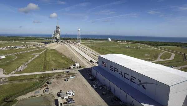 La rampa di lancio 39A del Kennedy Space Center con il nuovo grande hangar della SpaceX.