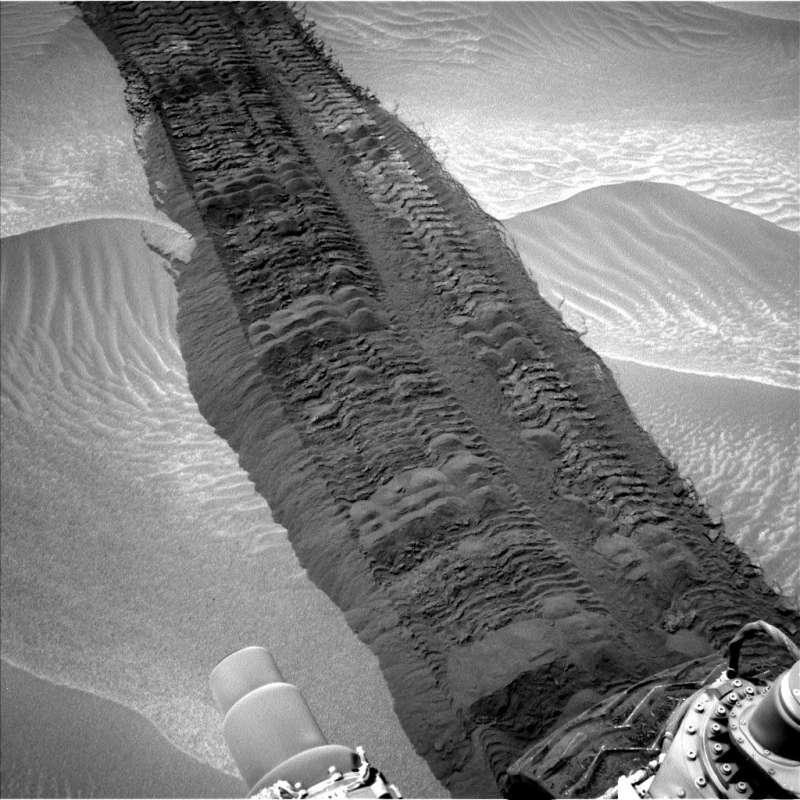 Immagine della Navigation Camera che mostra il terreno fortemente disturbato dalle ruote del rover