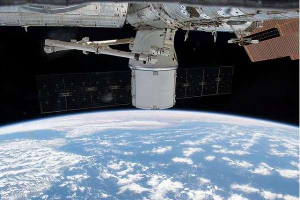 Nella foto il veicolo spaziale cargo Dragon CRS-14 di SpaceX ancora attraccato alla ISS.