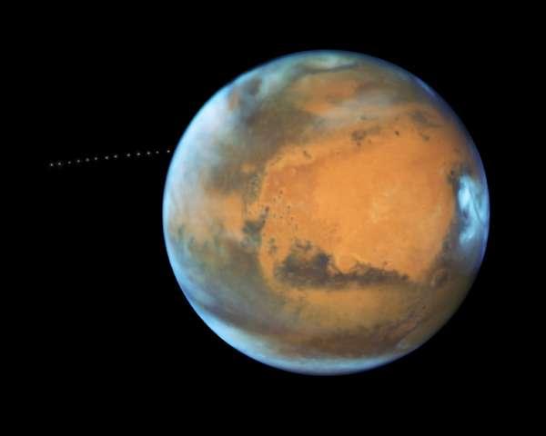 I 13 frame ripresi da Hubble che mostrano il passaggio di Fobos attorno a Marte
