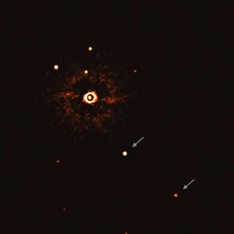 Gli esopianeti giganti TYC 8998-760-1b and TYC 8998-760-1c in orbita attorno ad una stella simile al Sole.