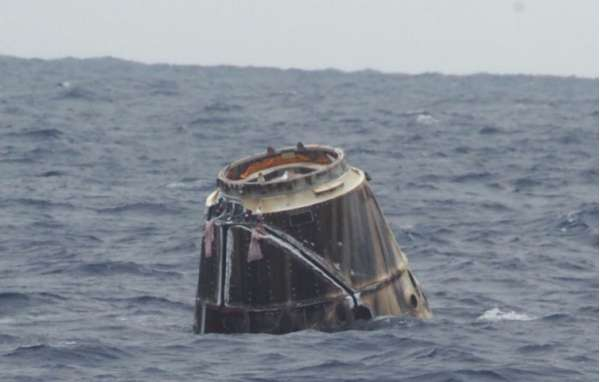 Nella foto il veicolo spaziale cargo Dragon CRS-14 di SpaceX ammarato al termine della missione