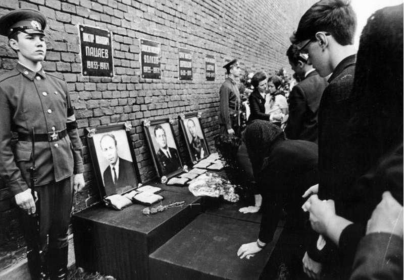 russia soyuz11 crew funeral2 30061971
