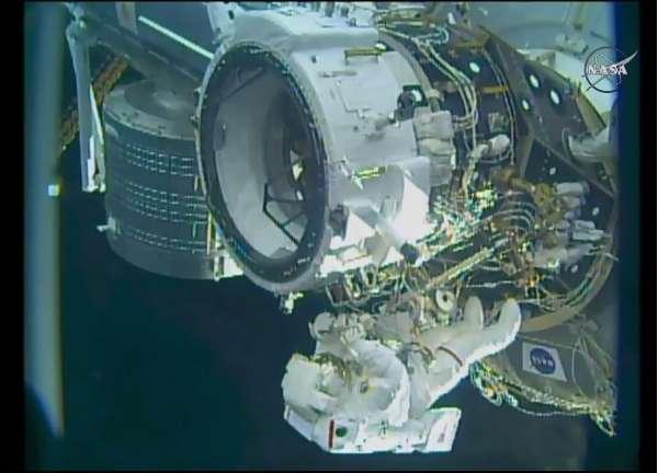 Nella foto (Credit: NASA/TV), l'adattatore internazionale di attracco IDA-2 con il Comandante Jeff Williams che vi lavora.