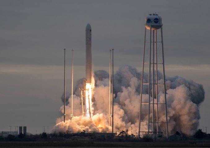 Il decollo del razzo vettore Antares 230 per la missione cargo Cygnus OA-8. Crediti: NASA/Bill Ingalls