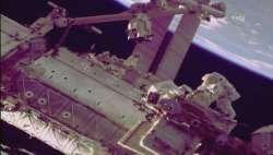 Gli astronauti Mark Vande Hei e Scott Tingle al lavoro sul braccio meccanico della ISS.