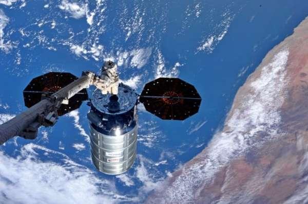 Il veicolo cargo Cygnus 'Cernan' appena catturato dal braccio robotico della ISS.