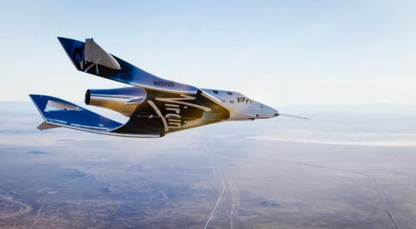 Il WhiteKnightTwo con lo SpaceShipTwo, ripreso dall'Air and Space Port nel deserto del Mojave.