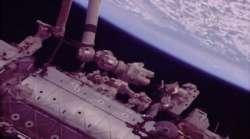 L'astronauta Mark Vande Hei al lavoro all'esterno della ISS il 16 febbraio 2018.