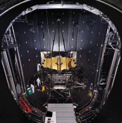 Il James Webb Space Telescope penzola nella Chamber A del Johnson Space Center in Houston.